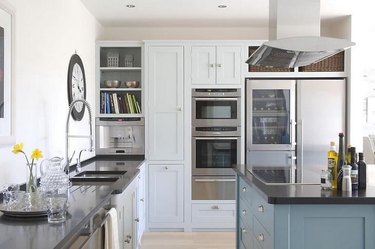 металлические элементы на белой кухне
