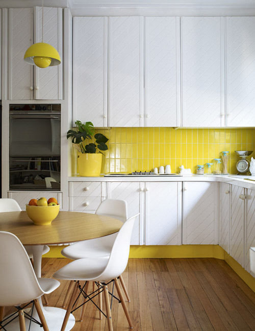 Яркие элементы декора на белой кухне