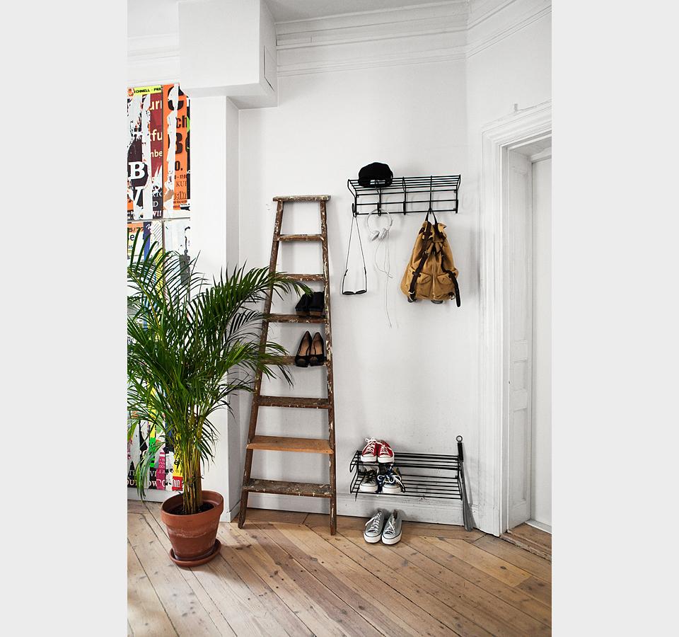 Лестница-стеллаж в прихожей